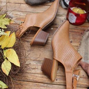 Shoes - 🆕️//The Larissa// tan Woven Mule